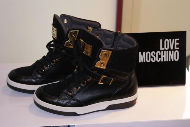Zapatillas en negro con apliques dorados